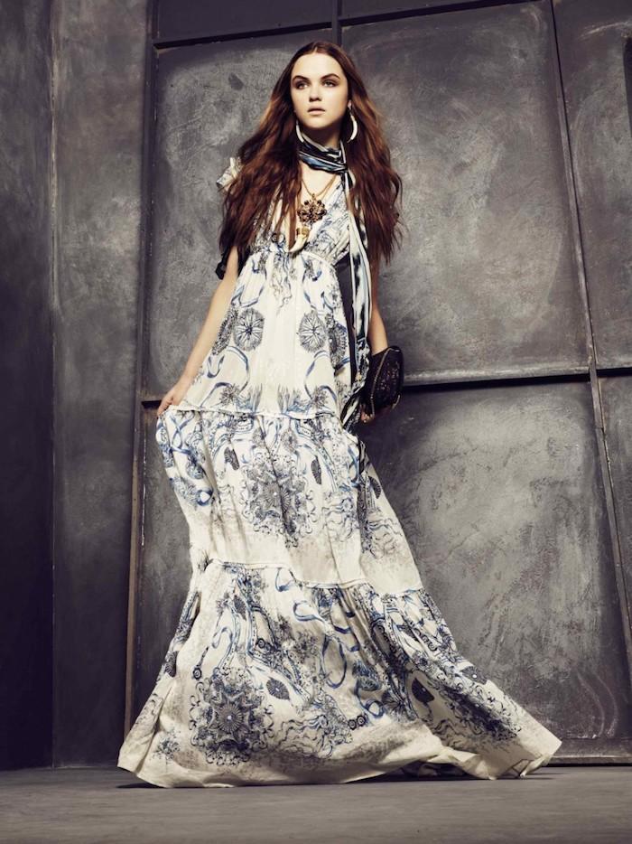 robe longue fleurie ete blanche et bleu decoleté en v femme aux cheveux cacao et pochette noire