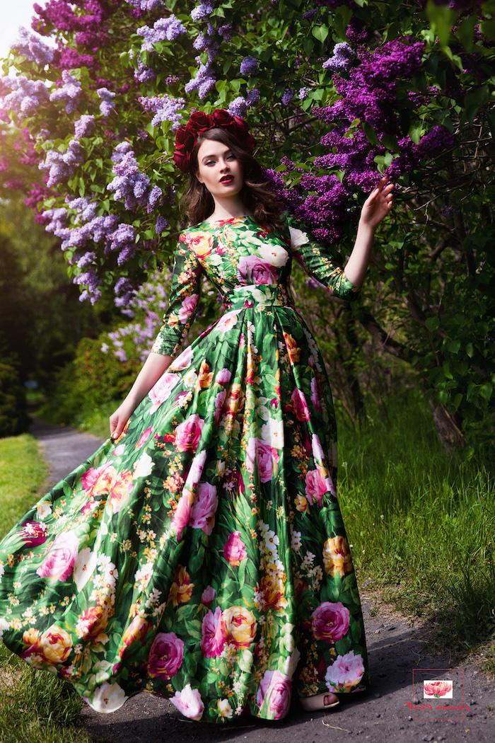 robe longue fleurie ete verte à fleurs roses et oranges femme à couronne de roses rouges dessous un lilac