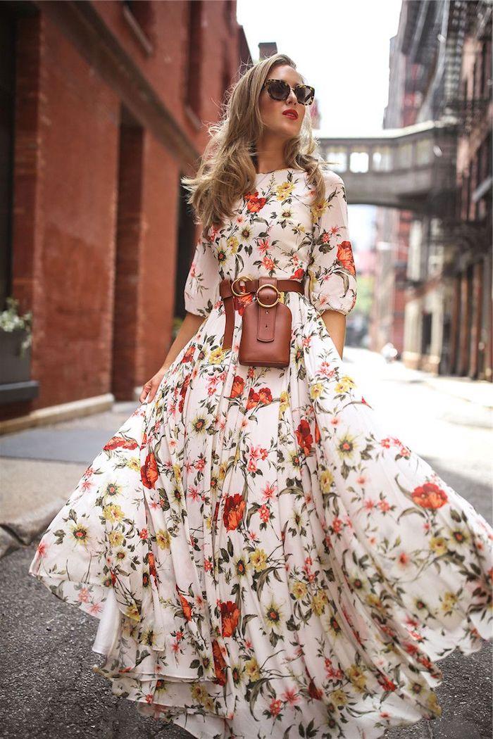 robe longue fleuries bohème ceinturée sac à main petit en camel lunettes de soleil noires