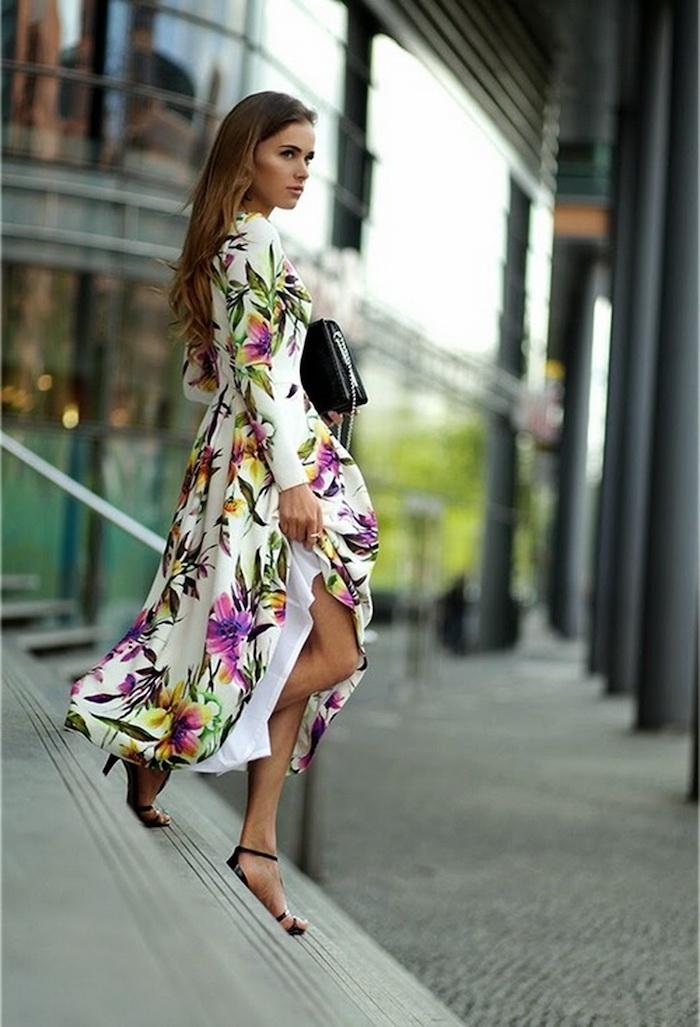 robe longue fleuries ete blanche aux fleurs violettes vertes et jaunes sanadales à talons hauts et pochette noires