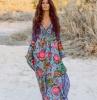 robe longue fleuries ete en bleu vert et rose femme aux cheveux cacao lachés