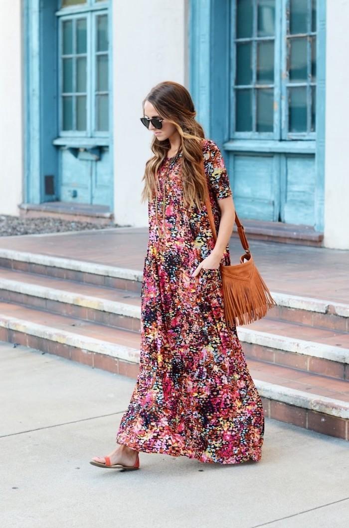 robe longue fluide multicolore avec manches sandales plates et sac à main en lacets camel lunettes de soleil noires
