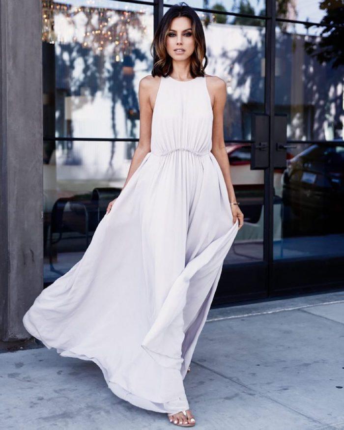 robe longue fluide unie en blanc sanadales plates femme aux cheveux mi longs