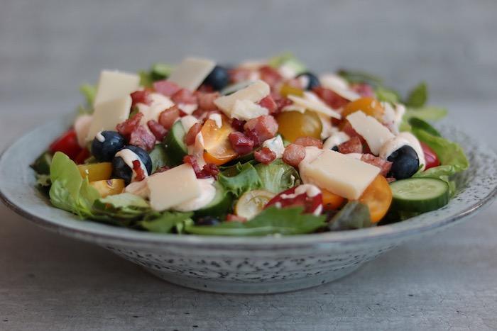 salade à la grecque au bacon laitue fromage jaune concombre olives tomates
