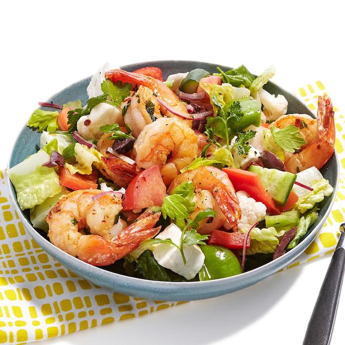salade à la grecque avec cervettes tomates concombre oignon olives basilic frais fromage feta