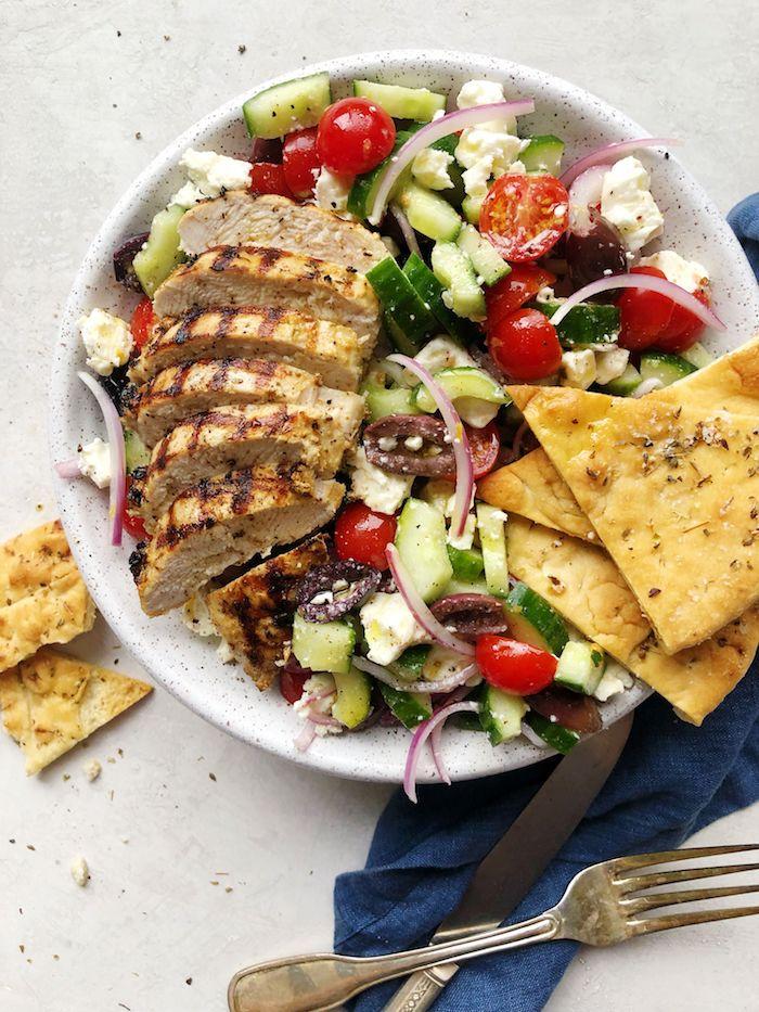 salade à la grecque avec du pain naan poulet tomates concombre oignon poivron et fromage feta