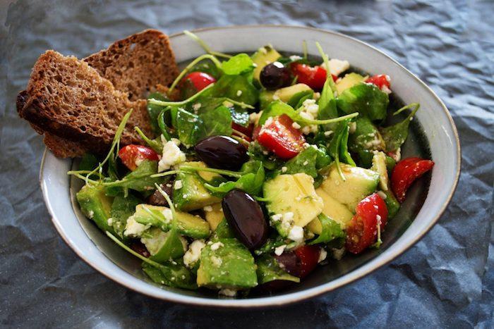 salade composée été avec roquette avocat tomates oignon olives fromage feta et du pain