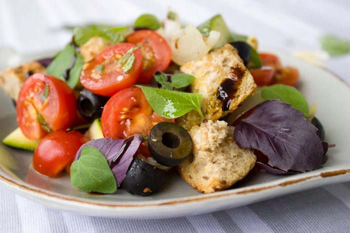 salade composée été épinard tomate olives basilic frais pain