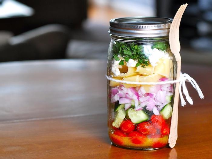 salade composée été pot de salade de tomates concombre oignon poivron et fromage feta