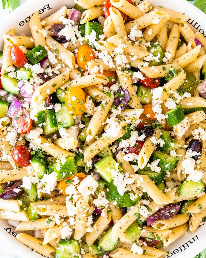 salade concombre feta pâte avec tomates concombre oignon olives basilic frais fromage feta