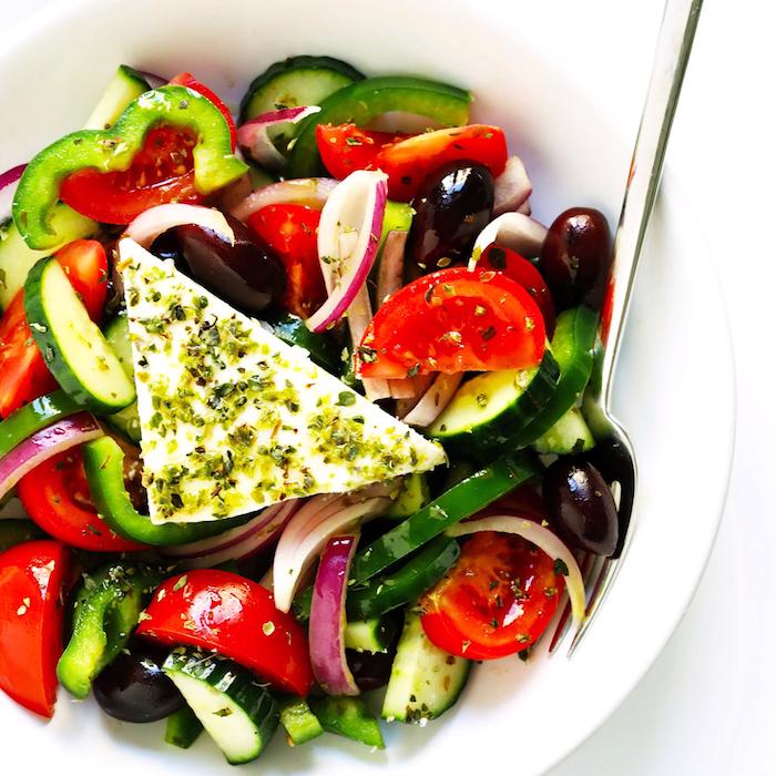 salade concombre feta tomates oignon rouge poivron vert basilic sec