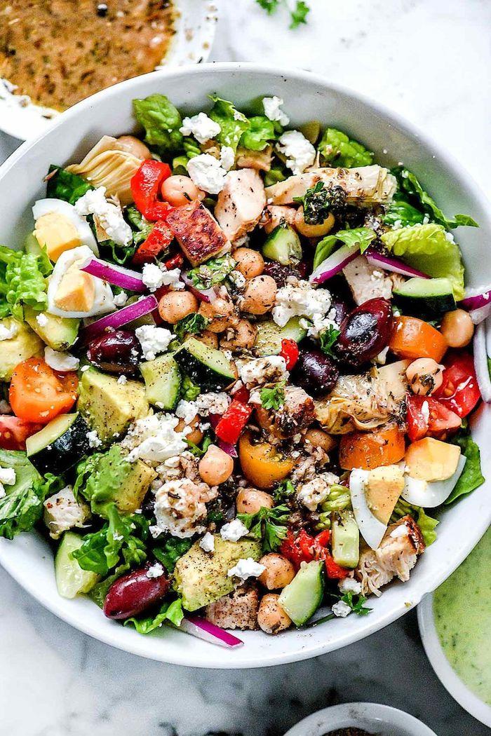salade concombre tomate pois chiche oeufs avocat laitue oignon poivron olives et fromage feta