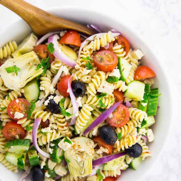 salade cretoise pâte avec tomates concombre oignon olives basilic frais fromage feta