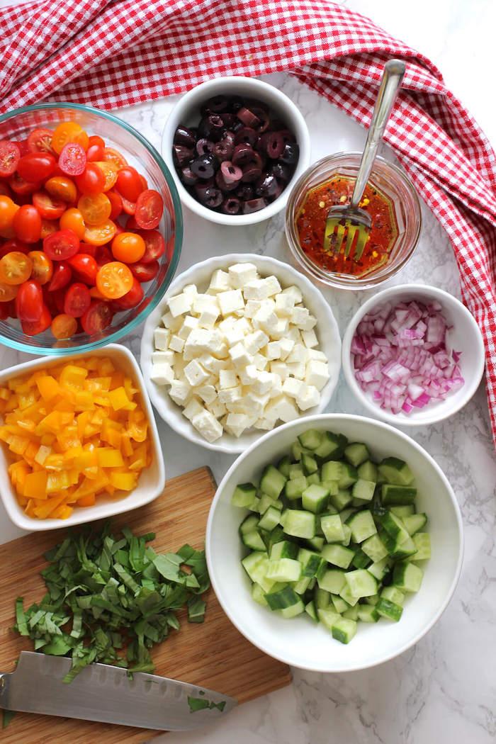 salade d été pour barbecue ingrédients tomates concombre oignon olives basilic frais fromage feta