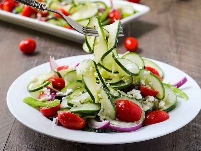 salade d été pour barbecue tomates concombre oignon olives basilic frais fromage feta