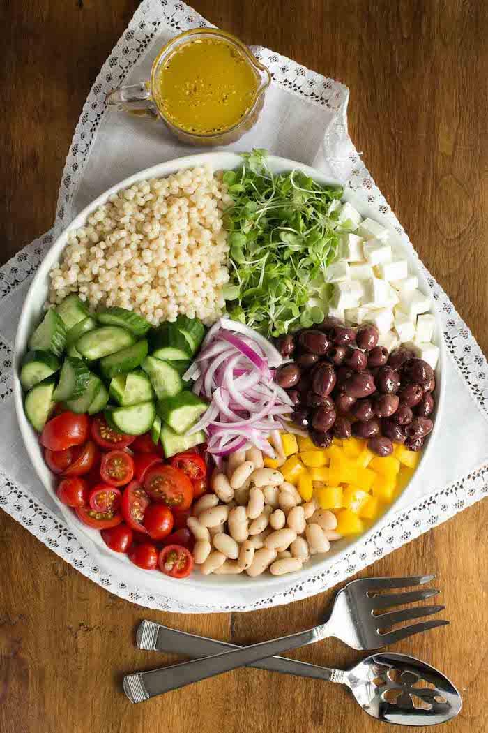 salade de tomates originale de légumineux tomates concombre oignon poivron et fromage feta