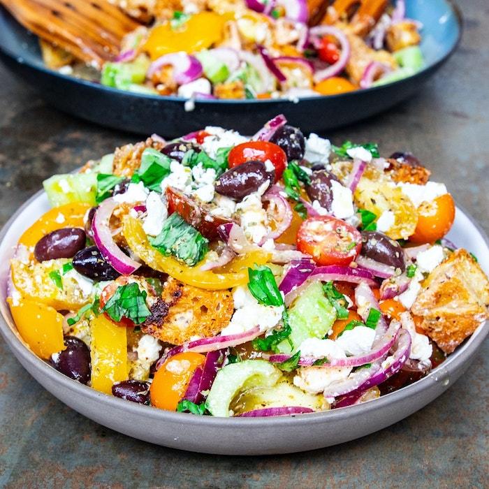 salade feta assiettes creuses légumes d'été tomates concombre oignon olives basilic frais fromage feta