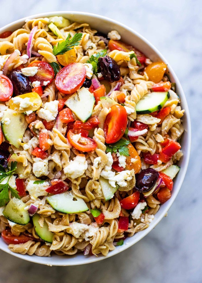 salade feta pates aux céréales avec concombre tomate olives et du persil