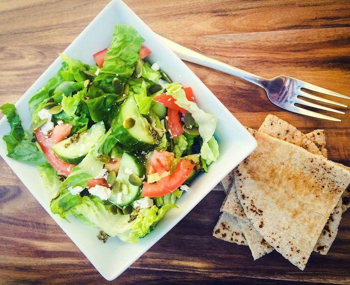 salade feta salade romaine du pain arabe tomates concombre oignon olives basilic frais fromage feta