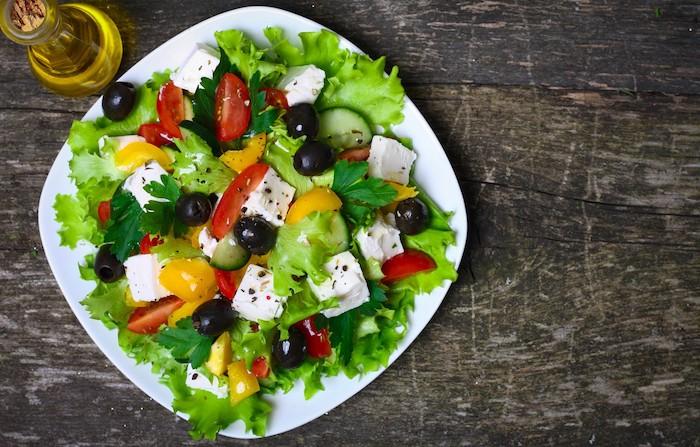 salade grecque recette avec laitue concombre tomates olives persil fromage feta
