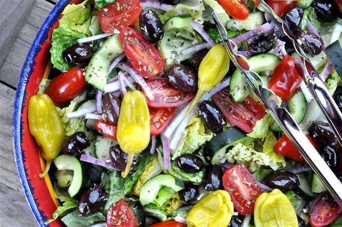 salade grecque recette avec piment vert tomates concombre oignon olives et fromage feta basilic sec