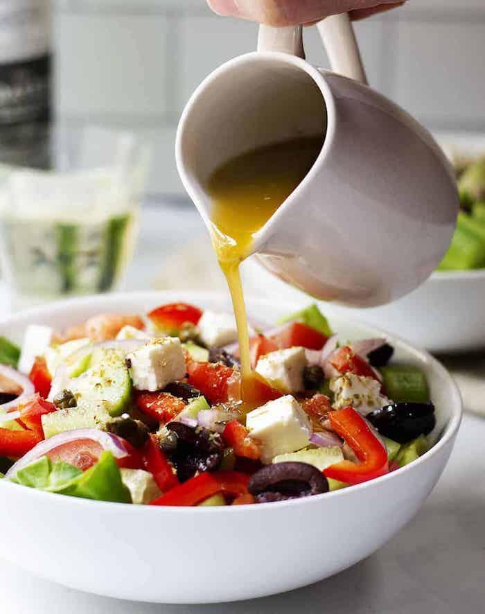 salade grecque recette sauce tomates concombre oignon olives basilic frais fromage feta