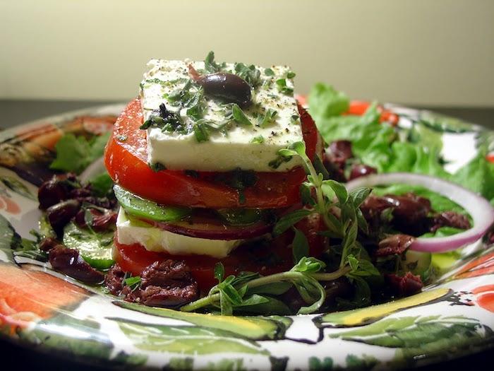 salade grecque traditionnelle tomates concombre oignon olives basilic frais fromage feta
