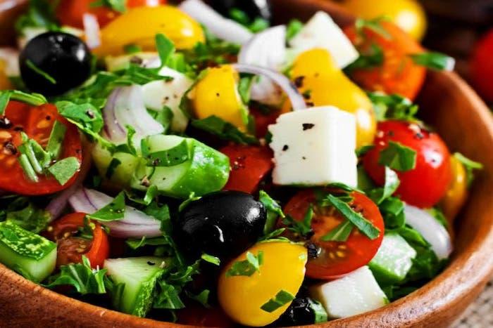 salade grecque traditionnelle tomates concombre oignon poivron olives et fromage feta basilic frais