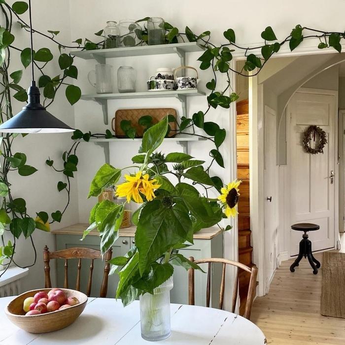 salle a manger style vintage rangement vaisselle étagère suspendue deco plante interieur grimpante