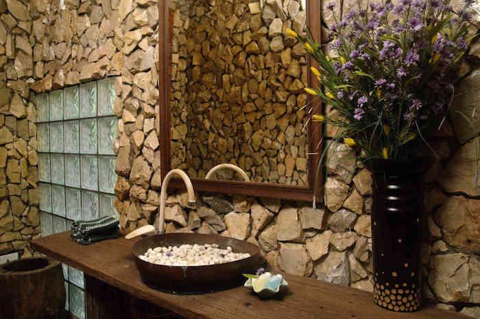 salle de bain bois et pierre meuble de bois vase de fleurs comme déco