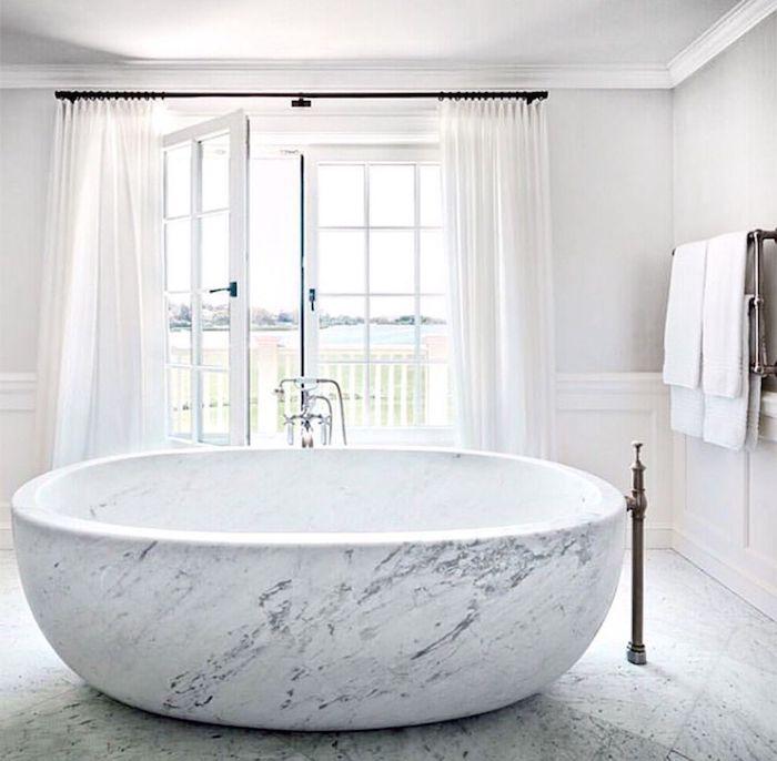 salle de bain de luxe blanche baignoire balnéo en pierre en blanc et gris