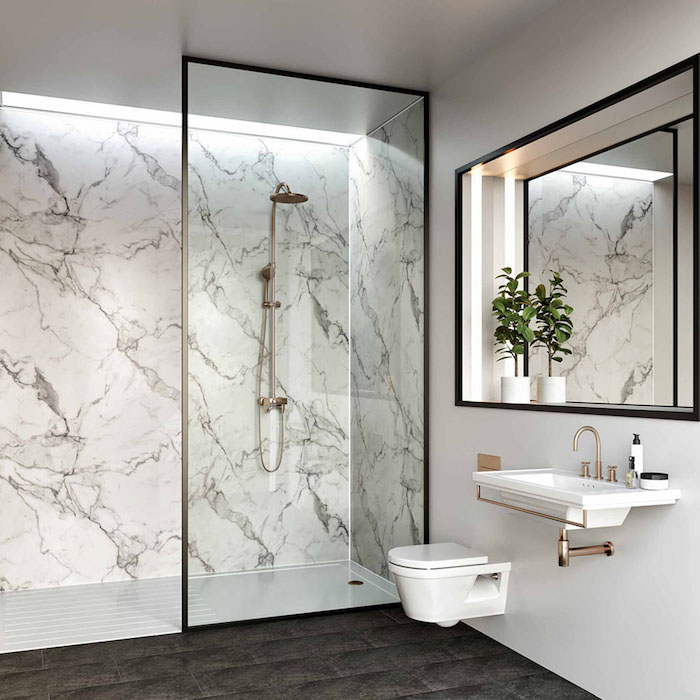 salle de bain de luxe elements noirs et accents dorés plantes dans la salle de bain