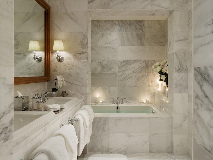 salle de bain de luxe en marbre blanc déco zen et élégantmiroir en bois