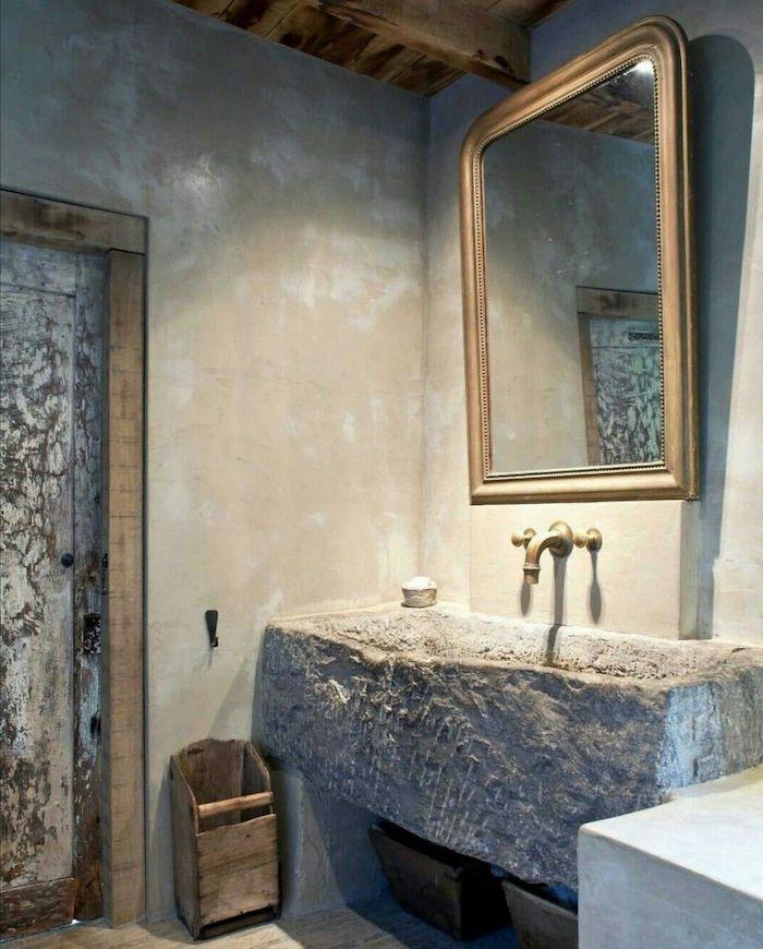 salle de bain en bois et pierre de travertin lavabo en pierre grise accessoires en métal