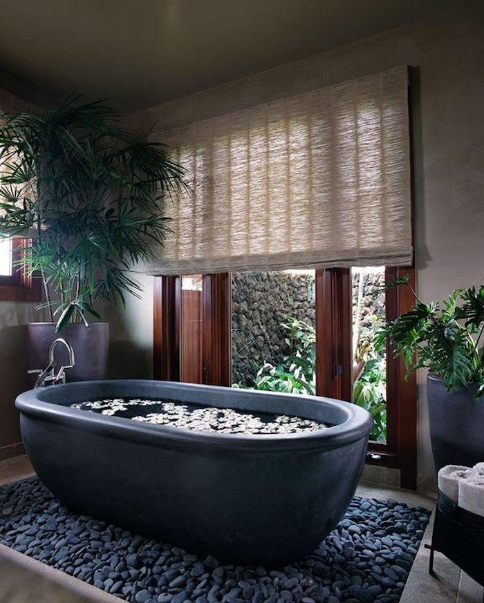 salle de bain en travertin et ardoise baignoire zen en ardoise fenêtres boisées pierres naturelles au sol