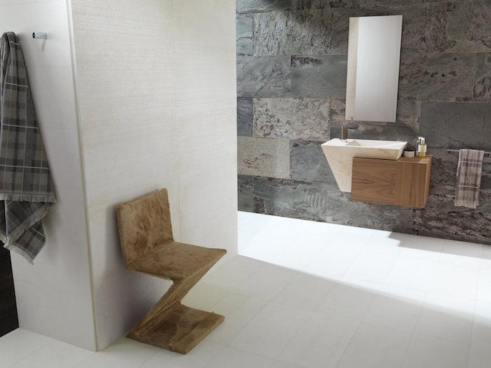 salle de bain moderne de luxe en gris et blanc accents en bois miroir sans cadre