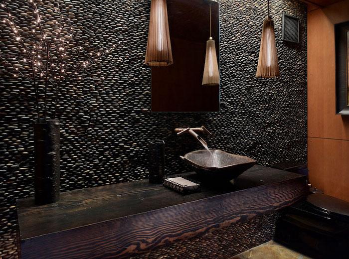 salle de bain moderne de luxe pierres noires accents marron lavabo en métal