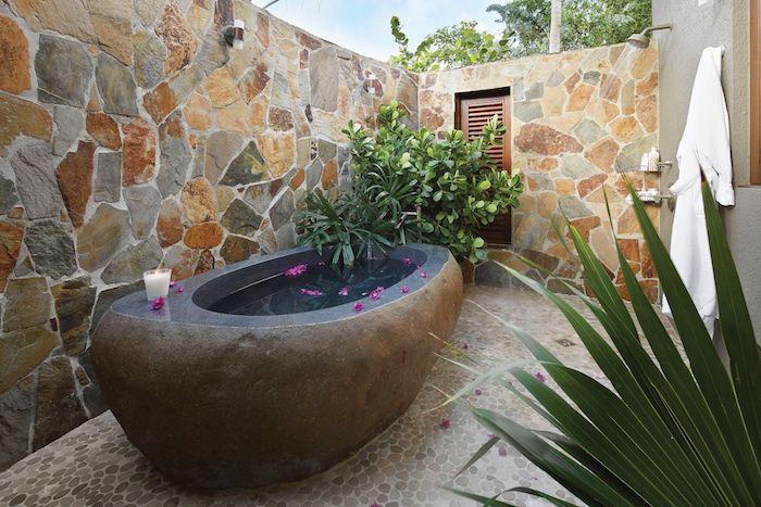 salle de bain pierre baignoire d extérieur en pierre d ardoise pierre sur les murs et le plancher