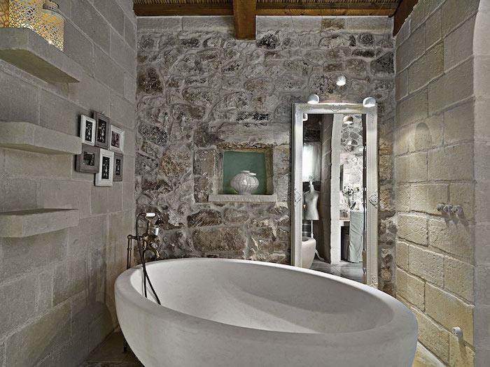 salle de bain pierre de travertin baignoire et murs en pierre naturelle plafond en bois