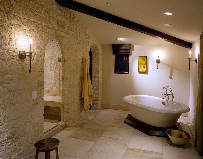 salle de bain pierre naturelle beige mur en blanc effet chateau medieval accent boisés
