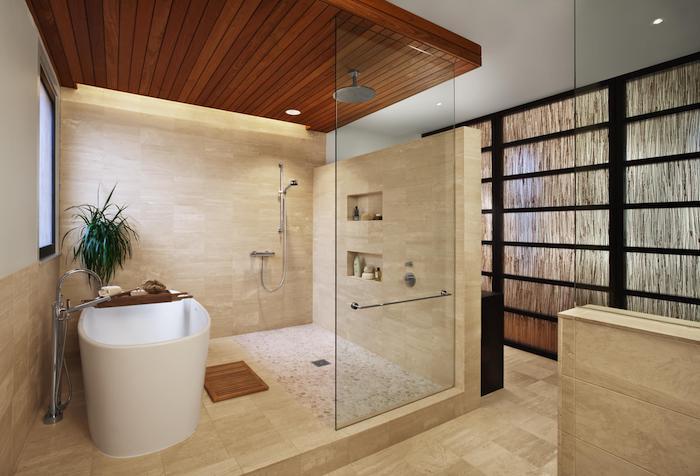 salle de bain pierre naturelle beige plafond boisé baignoire en faïance éléments en noir