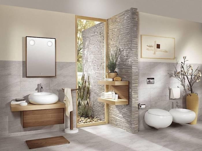 salle de bain pierre naturelle et bois clair murs en beige et gris accents en bois