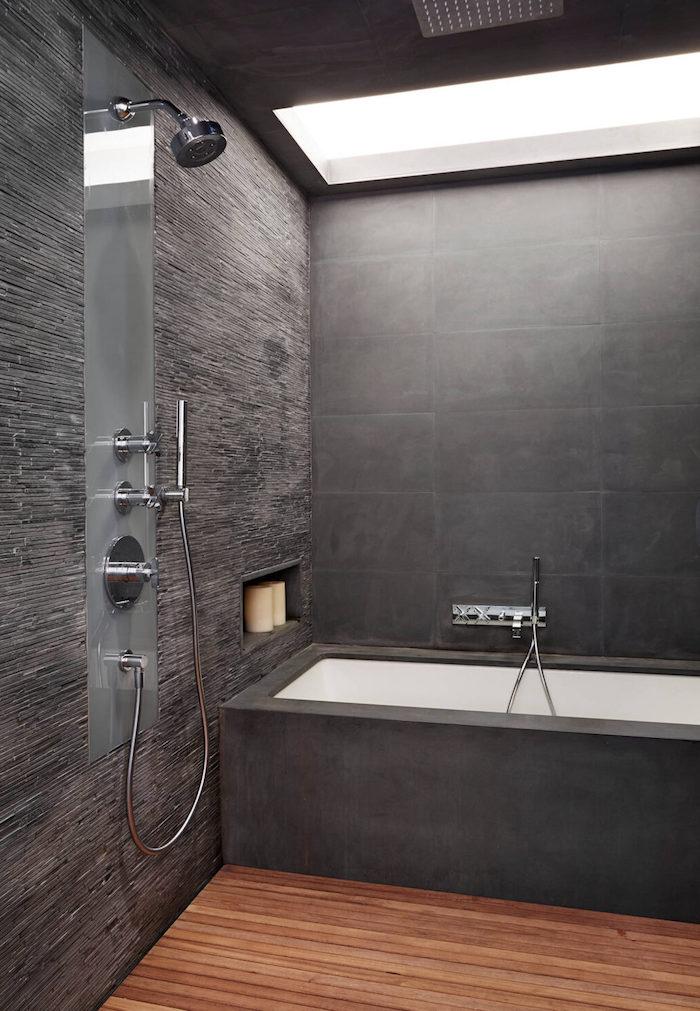 salle de bain pierre naturelle et bois foncé ardoise et blanc dans la baignoire