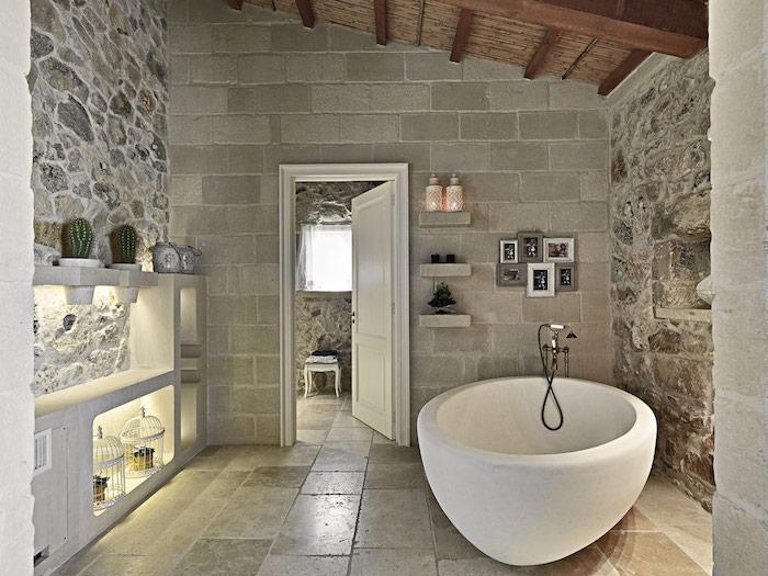 salle de bain pierre naturelle grise deco de plantes et cadres de photos plafond en bois