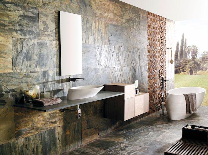 salle de bain pierre naturelle vert gris baignoire de style balnéo accents en bois