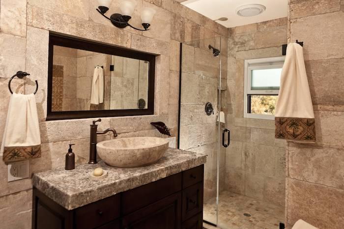 salle de bain travertin beige vasque en pierre accents noirs douche italienne