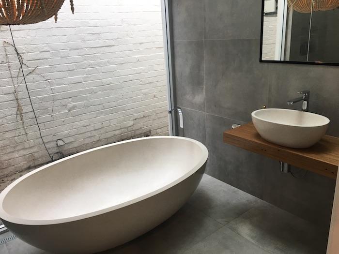 salle de bain travertin et ardoise baignoire en pierre naturelle meuble sous evier en bois