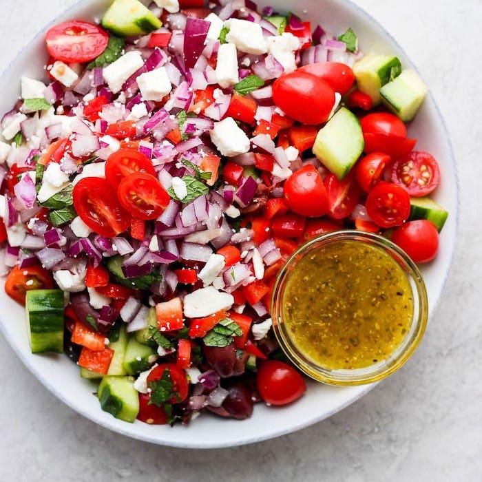 sauce salade grecque avec tomates concombre oignon olives basilic frais fromage feta