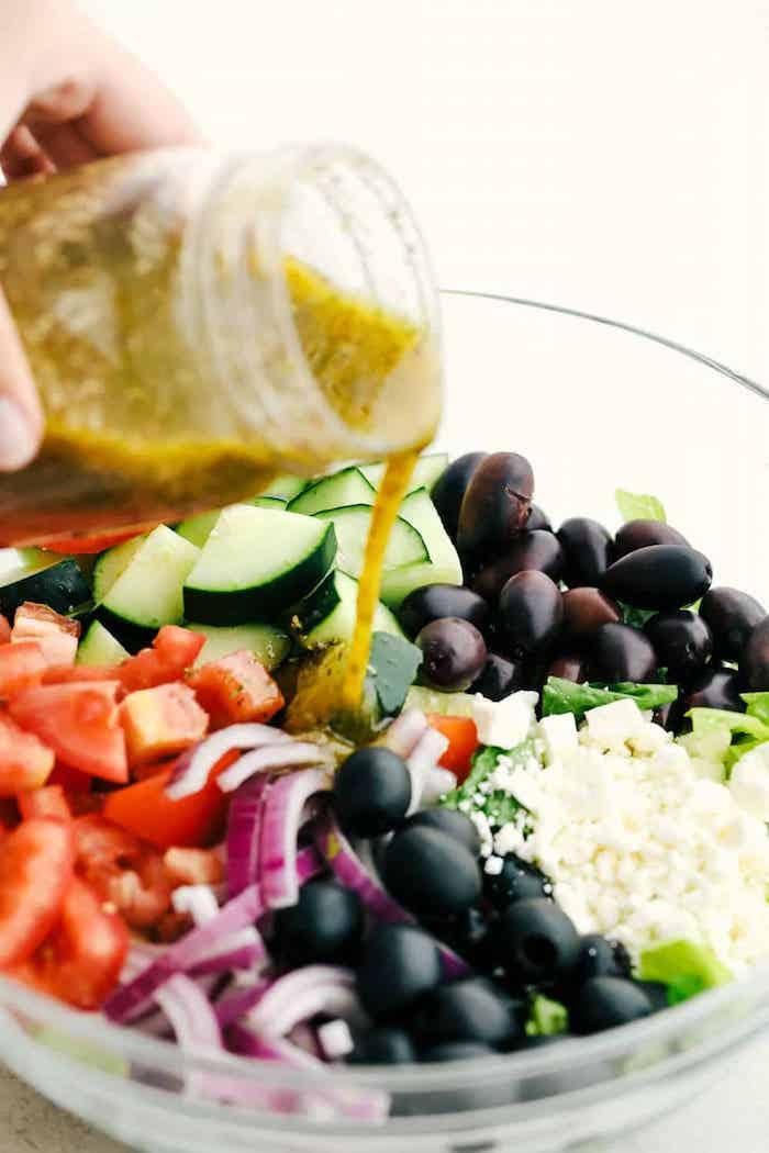 sauce salade grecque tomates concombre oignon olives basilic frais fromage feta