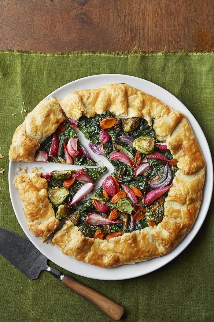 serviette verte table bois préparation pâte à tarte salée recette quiche facile aux légumes tomate cerise